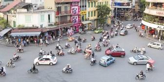 """Tailandia: Un objeto volador (identificado) casi aplasta un auto al """"aterrizar"""" en una calle"""
