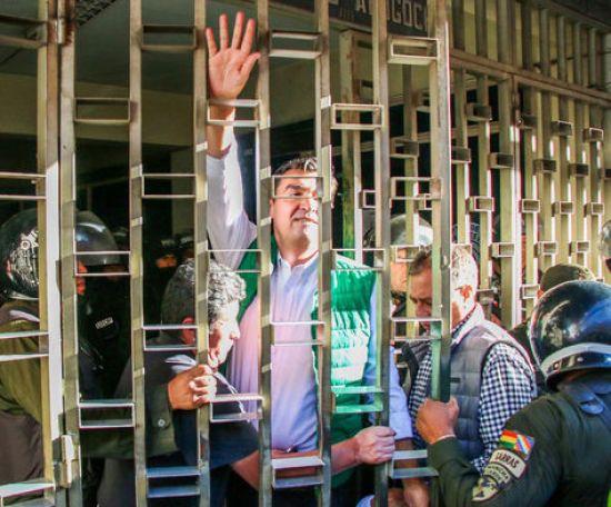 El alcalde de Cochabamba, José María Leyes, tras salir de la Fiscalía. Foto, Fernando Cartagena