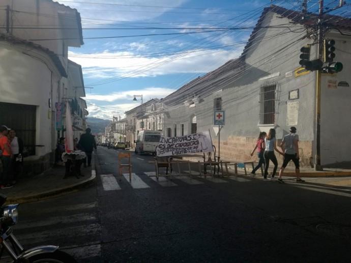 Un bloqueo esporádico en la calle Calvo esquina Padilla, esta tarde.