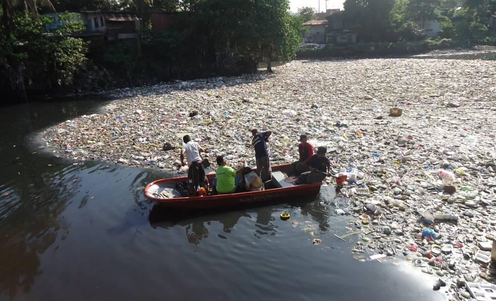 Un grupo de ciudadanos limpia un río de plásticos en Filipinas.