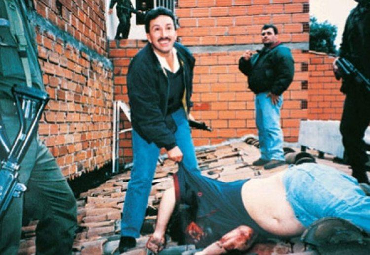 El comandante Hugo Aguilar junto al cuerpo de Pablo Escobar