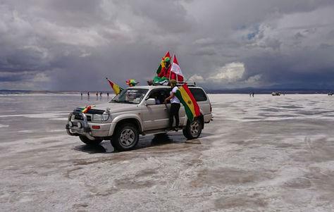 Turistas en el salar de Uyuni esperan el paso del Rally Dakar 2018. Foto: José Gabriel Ramírez
