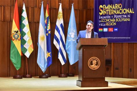 """El ministro de Economía y Finanzas Públicas, Mario Guillén, durante su exposición en el """"Seminario Internacional: Evaluación y Perspectivas de la Economía Boliviana y de la Región""""."""