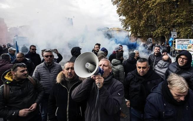 Una huelga de taxistas contra Uber en Italia. (EFE)