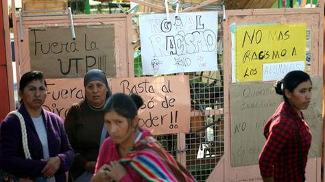 Padres toman unidad educativa en Arica tras denuncias de racismo. Foto:emol.com