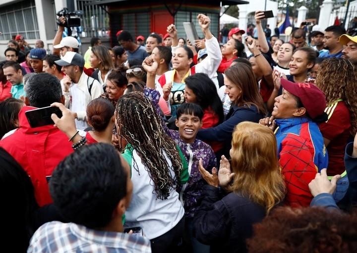 Desde temprana hora muchos chavistas se acercan a los centros de votación en Caracas. REUTERS