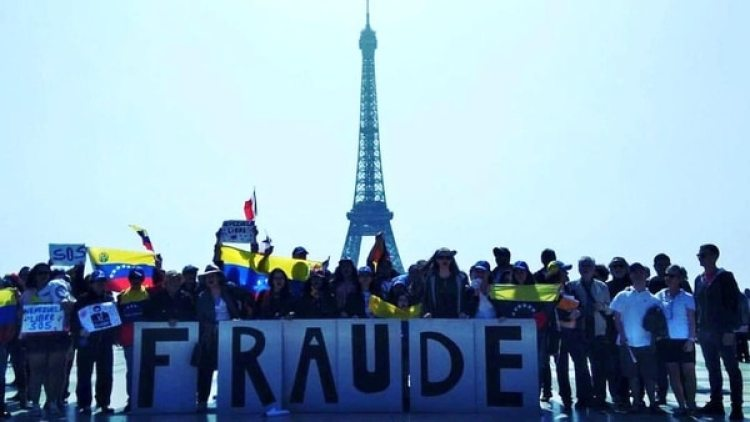 Un grupo de venezolanos se congregó frente a la Torre Eiffel (Twitter: @VPInternacional)