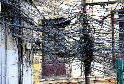 Enredo total de cables en la calle Murillo y Colombia. Foto: Daniel Walker - archivo