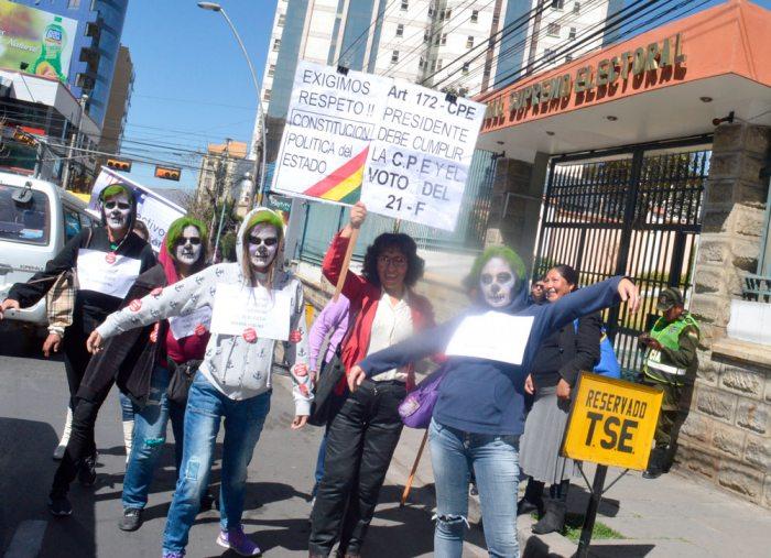 ACTIVISTAS Y COLECTIVOS CIUDADANOS REALIZARON AYER AL MEDIODÍA Y EN LA NOCHE PROTESTAS, FRENTE AL TSE, PARA EXIGIR RESPETO AL 21F.
