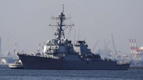 El USS Milius (DDG69), destructor de misiles teledirigidos, llega para unirse a las Fuerzas Navales desplegadas en la base naval de los EE. UU. en Yokosuka, Japón, el 22 de mayo de 2018.