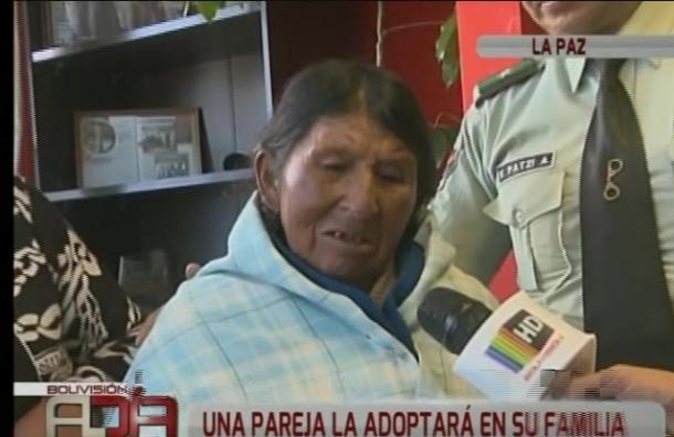 Anciana que vivía en un basurero fue rescatada por una pareja