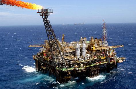 Una enorme isla de acero de la compañía brasileña Petrobras en la Cuenca marítima de Campos. Foto: Archivo EFE