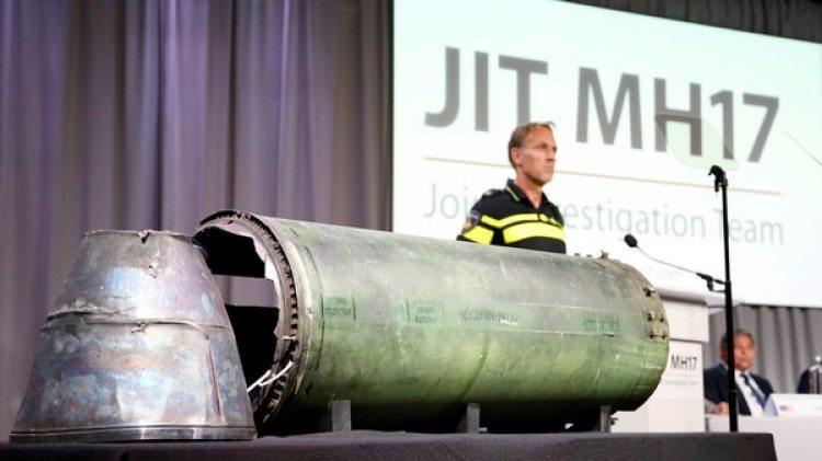 Los restos del misil son exhibidos durante una conferencia del Equipo Conjunto de Investigación (JIT, en inglés)(Reuters)