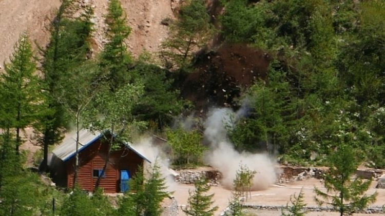 """Según una nota de la agencia KCNA, las explosiones han colapsado los túneles y bloqueado """"por completo"""" las entradas de los mismos (AP)"""