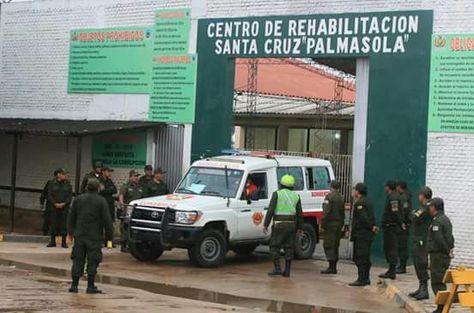 Una ambulancia sale del penal de Palmasola, donde esta mañana se hizo una requisa de sorpresa.