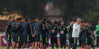 Brasil se despide de sus hinchas en entrenamiento sin pistas sobre titulares