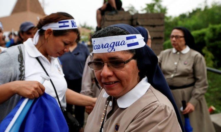 Una monja participa de una marcha en repudio al régimen de Ortega (Reuters)