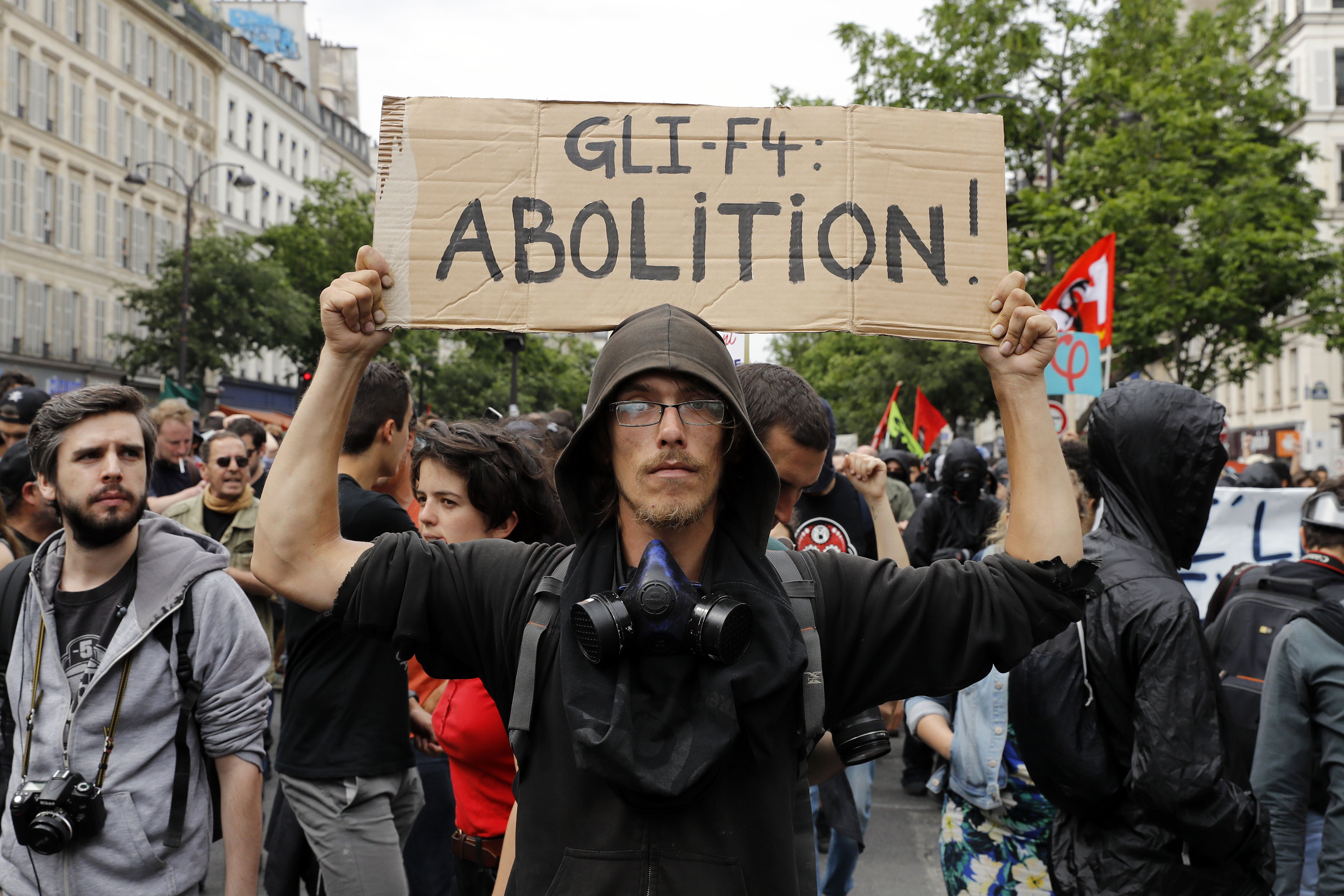 Paris (France), 26/05/2018.- A man holds a poster reading
