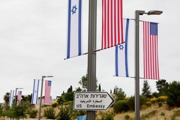 Un cartel indica la dirección de la embajada de Estados Unidos en Jerusalén (EFE/ Abir Sultan)