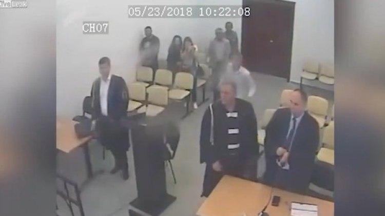 El condenado se levantó de su silla y empezó a correr