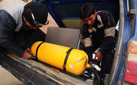 Mecánicos de talleres autorizados por la ANH realizan la conversión de motores de vehículos a gas natural vehicular (GNV)