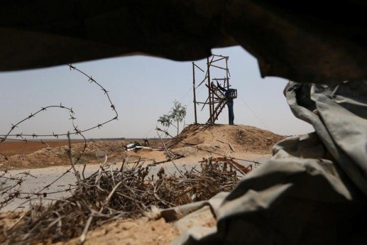 Un palestino revisa los daños sobre una torre de observación del grupo Yihad Islámica, en el sur de Gaza (Reuters)