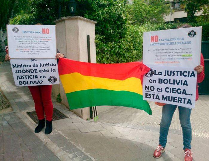 EN ABRIL PASADO, BOLIVIANOS RADICADOS EN ESPAÑA INCREPARON AL PRESIDENTE EVO MORALES POR SU INTENCIÓN DE REPOSTULAR A LA PRESIDENCIA.