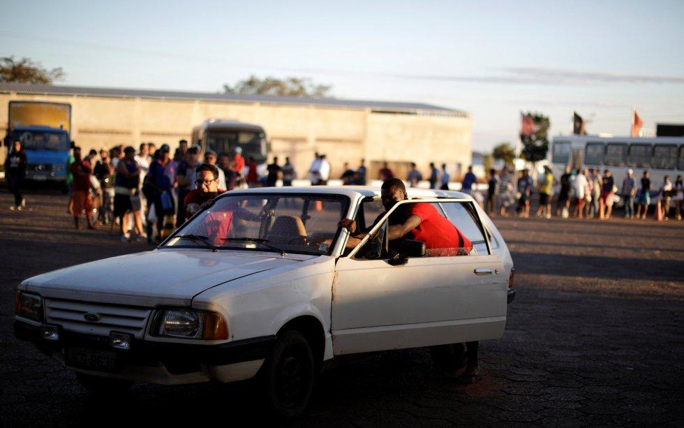 Más de 600 concentraciones continuaban activas en las carreteras de este país continental, pero solo tres con bloqueos totales, según la Policía de Carreteras Federal (PRF). En la imagen, un coche es empujado en los alrededores de una gasolinera en Brasilia, el 29 de mayo de 2018.