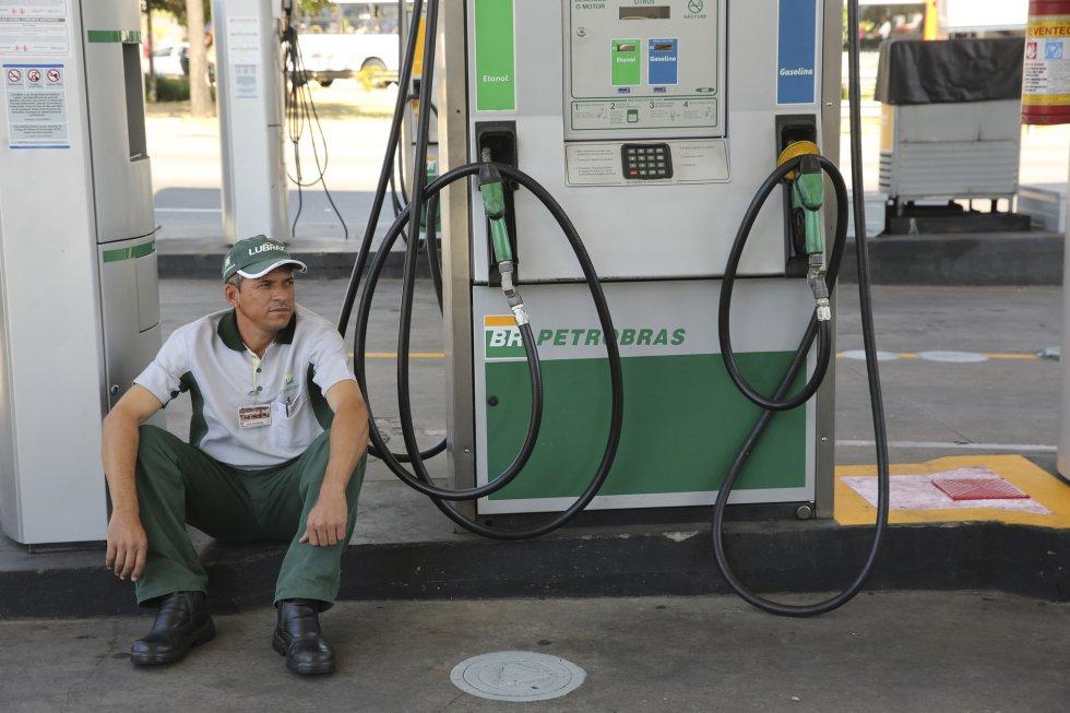 Un trabajador en una estación de servicio donde no les queda gasolina en São Paulo (Brasil), el 29 de mayo de 2018.