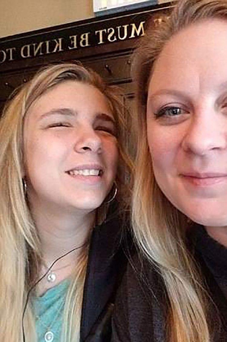 Kaylee Muthart con su madre. Comenzó en marzo entrenamiento de orientación y movilidad para personas ciegas. Los avances son diarios, pero también las frustraciones de una vida distinta