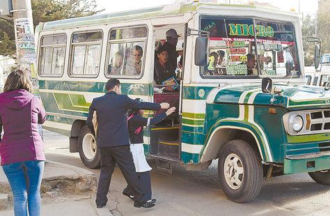 Transporte. Una escolar se dispone a abordar un micro de la línea 7 en una avenida de Villa Fátima, en La Paz.