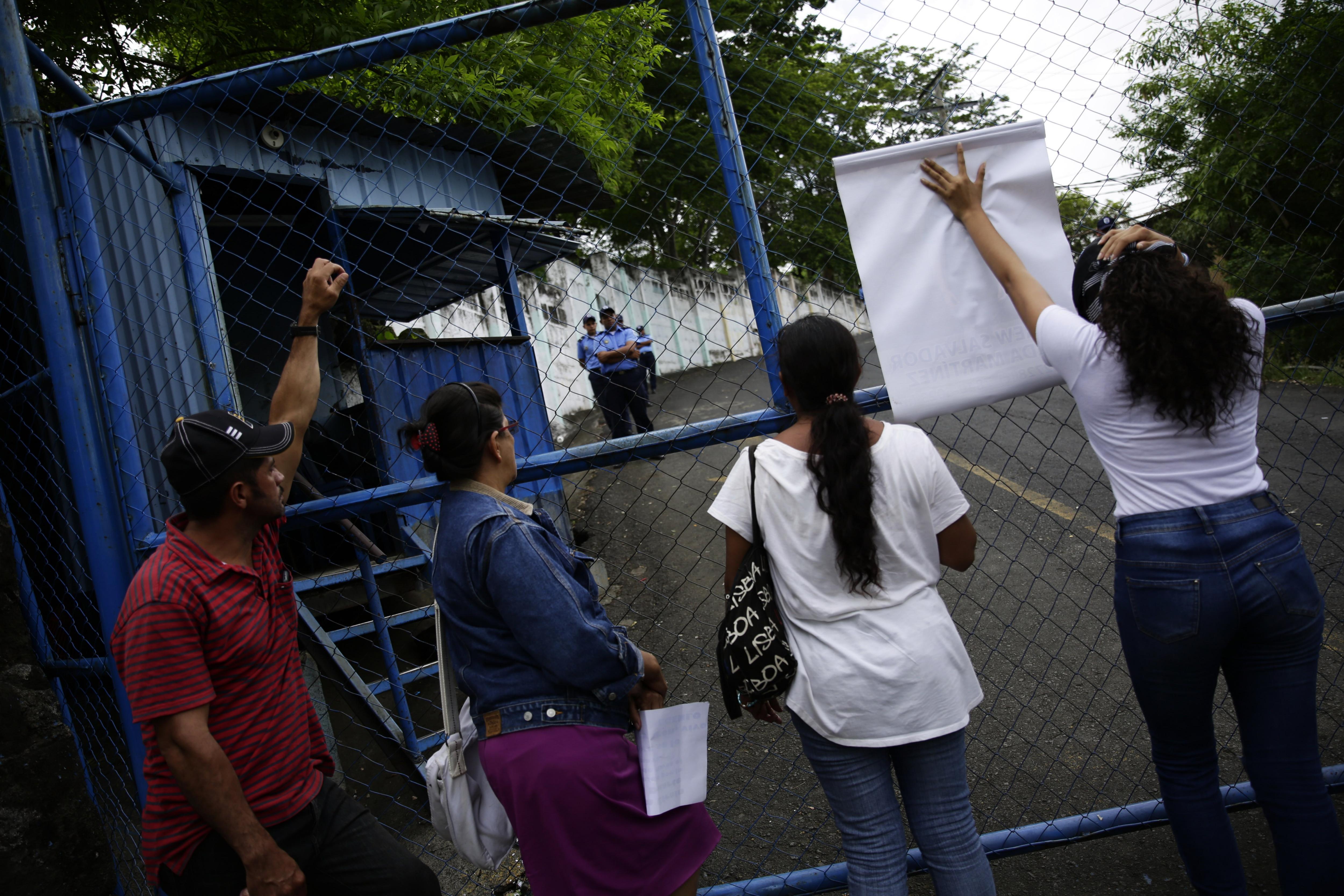 """Un grupo de mujeres protesta frente a las instalaciones de la Dirección de Auxilio Judicial (DAJ) para pedir a sus autoridades que les entreguen a sus hijos detenidos en los recientes enfrentamientos en el marco de las protestas contra el Gobierno de Nicaragua hoy, viernes 1 de junio de 2018, en Managua (Nicaragua). """"Yo lo que pido es que me lo entreguen vivo"""", dijo a Acan-Efe Juana María Duarte, madre de William Efraín Duarte, de 25 años, aprehendido el 30 de mayo pasado en la provincia de Boaco, en el centro del país. EFE/Bienvenido Velasco"""