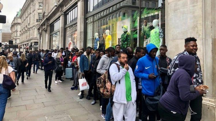 La gran fila que se formó en una tienda en Londres para conseguir la camiseta de Nigeria