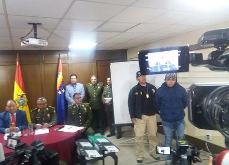 Informe. Romero, con elFiscal General y el Alto Mando Policial tras presentar al subteniente. Foto: Aleja Cuevas