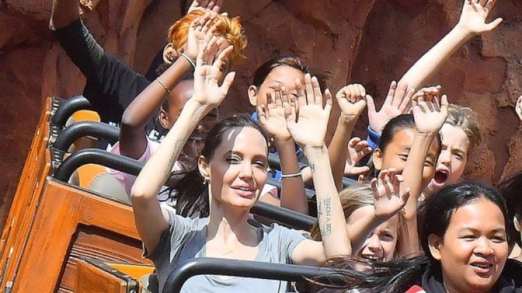 Angelina Jolie junto a sus hijos en Disney (Grosby Group)