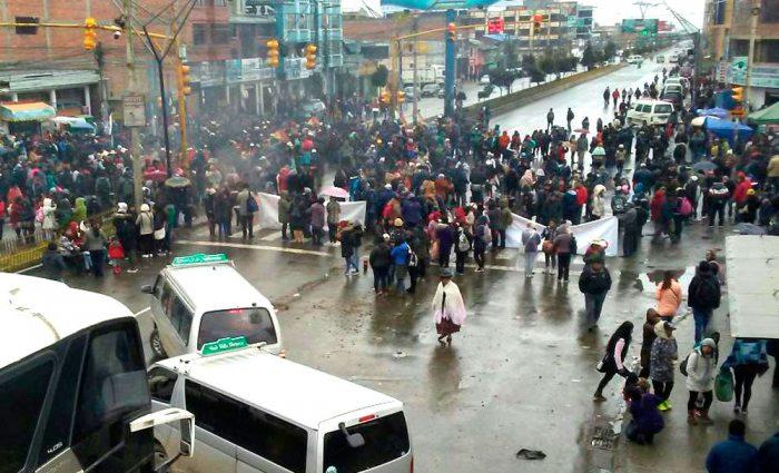 La ciudad de El Alto amaneció con más de 16 puntos de bloqueo por el paro cívico de 48 horas que comenzó a tempranas horas de ayer.
