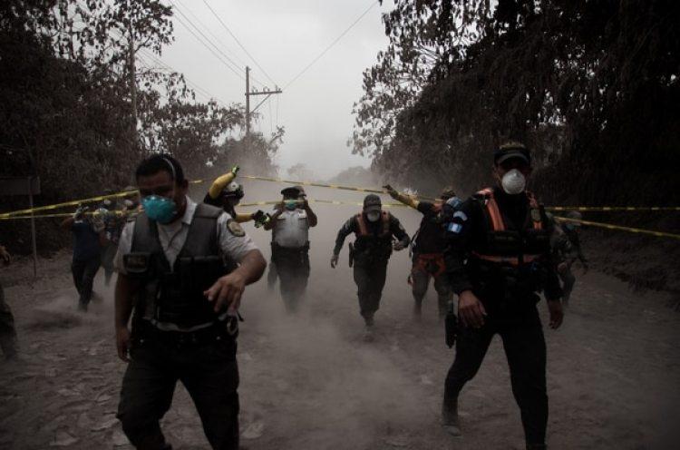 Un grupo de policías de Guatemala ayudan a evacuar a los residentes de la aldea El Porvenir (EFE)