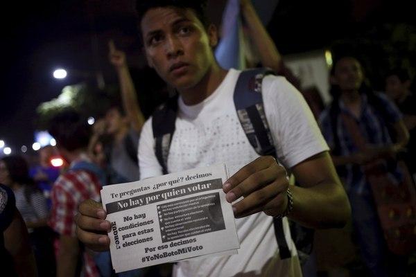 Un estudiante universitario muestra una pancarta durante la protesta contra el presidente de Nicaragua, Daniel Ortega, frente a la Universidad Centroamericana, UCA, en Managua, el viernes, 4 de noviembre de 2016, dos días antes de las elecciones presidenciales en las que de nuevo fue reelecto Ortega. AP