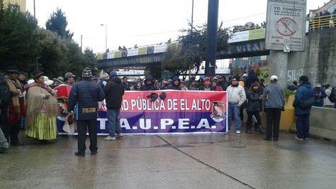 Bloqueo de la UPEA en la autopista en El Alto. Foto:Felipa Peña