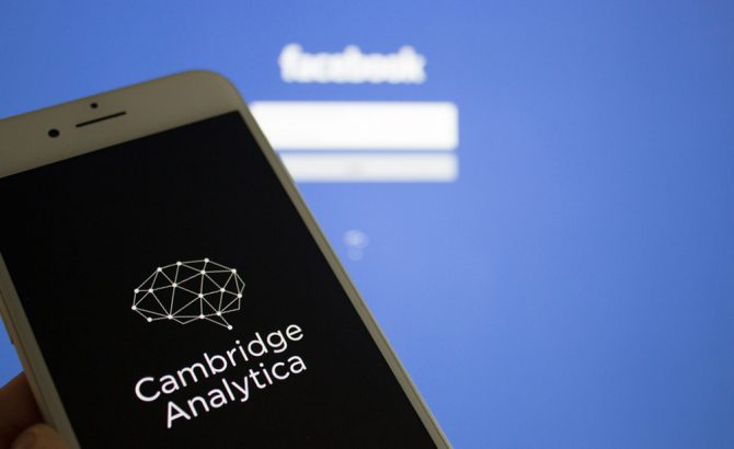 Ex CEO de Cambridge Analytica admite que tuvo acceso a datos de usuarios de Facebook