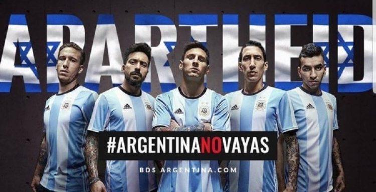 Uno de los carteles con que el grupo terrorista Hamas presionó a los futbolistas de la Selección Argentina. Los jugadores dijeron que tuvieron miedo y decidieron cancelar el compromiso