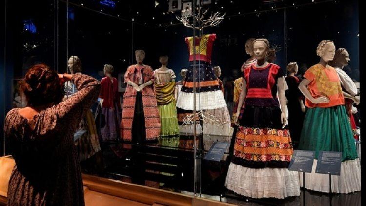 Entre los objetos están su colorida ropa bordada, joyas y cosméticos como el lápiz que usaba para destacar sus tupidas cejas, así como el esmalte de uñas rojo y el lápiz labial del mismo color