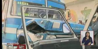 La Paz: Micro chocó contra cuatro motorizados