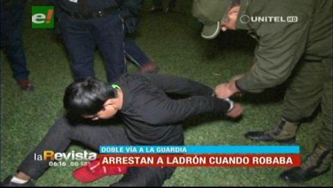 Guardias de seguridad detienen a sujeto sorprendido robando una mochila