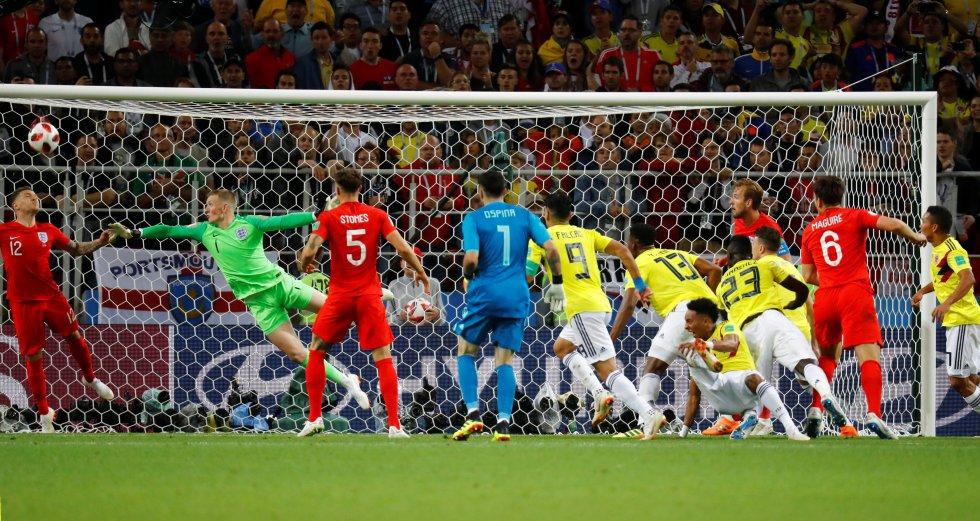 Yerry Mina marca el primer gol para Colombia.