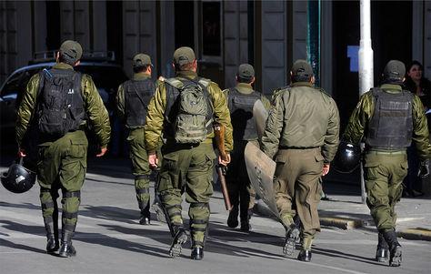 Oficiales de la policía boliviana en las inmediaciones de la plaza Murillo y sus alrededores.