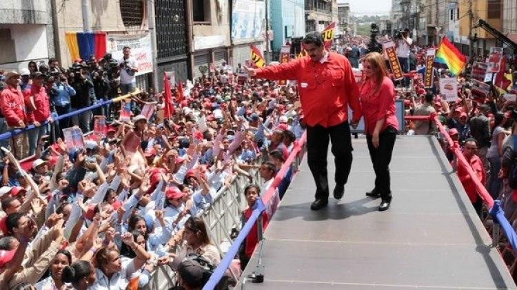 Maduro y su esposa, Cilia Flores, en plena campaña (AFP)