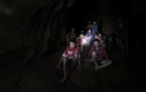 Fotografía cedida por el Real Ejército de Tailandia que muestra a los 12 menores y su entrenador, desaparecidos en la cueva Tham Luang, en el momento de su rescate en Tailandia. Foto: EFE