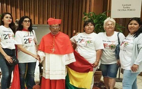 Las mujeres que saludaron a Ticona tras su creación como cardenal en el Vaticano.