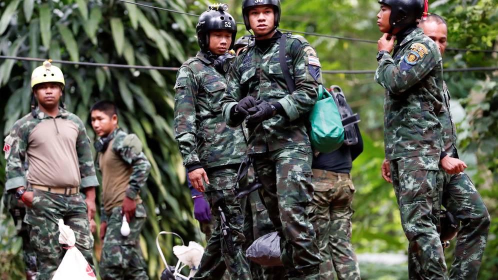 Foto: Soldados tailandeses preparan el equipo de buceo y de rescate en Chiang Rai, Tailandia. (EFE)